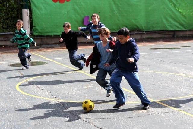 Fútbol en el patio del cole