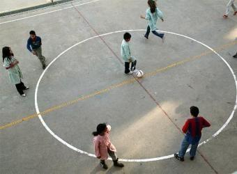 Ninos_jugando_patio_colegio