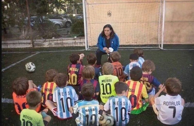 Cristiano Ronaldo rodeado Leo Messi