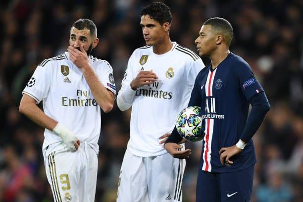 Mbappé conversando con Karim y Varane en el Bernabéu