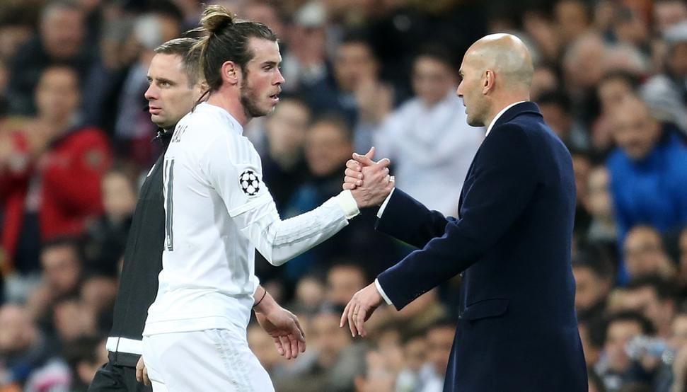 Gareth Bale y Zidane se saludan