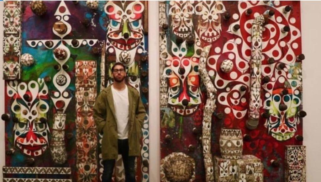 Sergio Ramos posa junto a la obra del artista Phil Frost que ha adquirido
