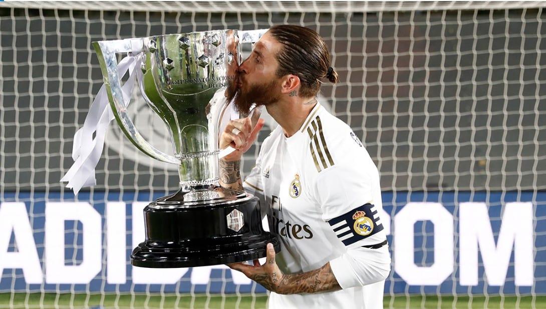 Sergio Ramos besando la copa de la Liga