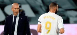 Zidane mira a Benzema ir al banquillo
