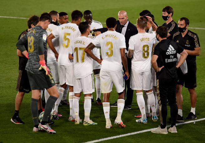 Zidane habla con sus jugadores.