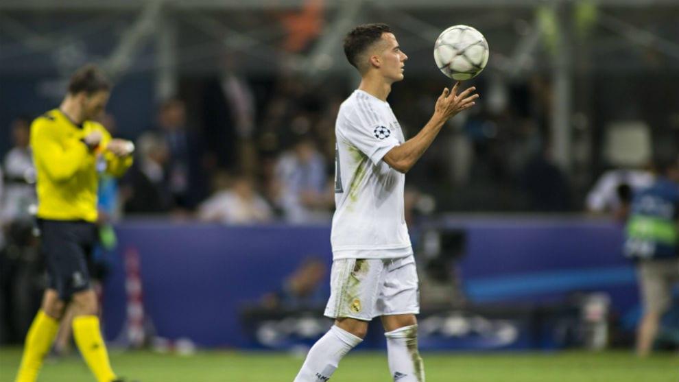 Lucas Vázquez juega con el balón.