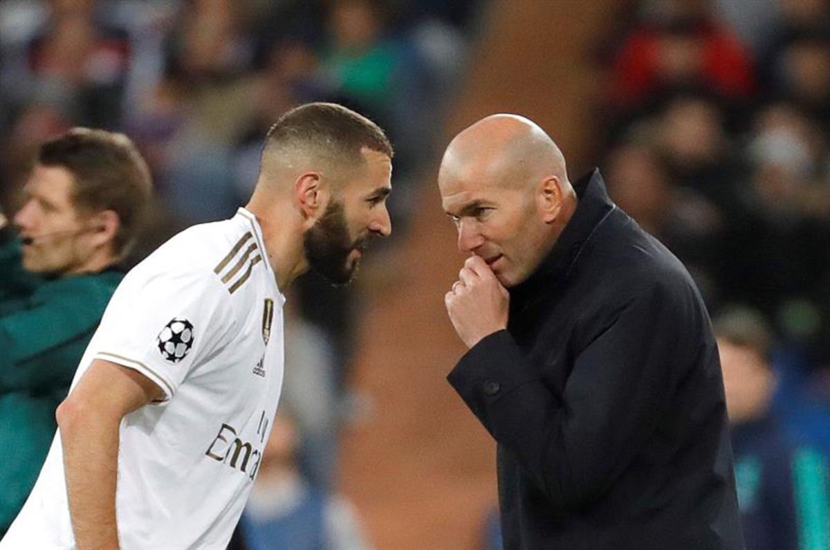 Benzema y Zidane hablan en la banda