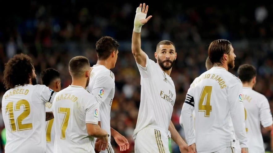 Karim Benzema saluda al Bernabéu