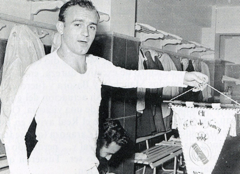 Di Stéfano sujeta banderín con escudo del Real Madrid