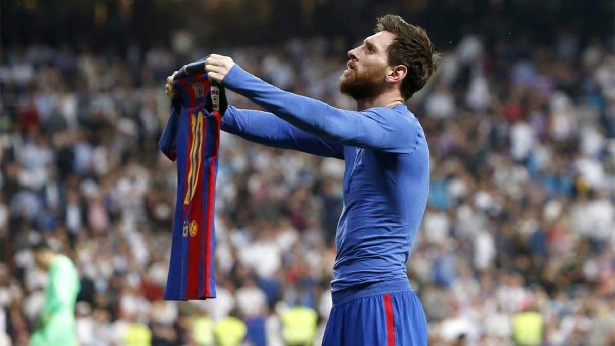 Messi muestra camiseta al Bernabéu