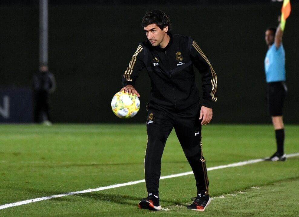 Raúl González recoge un balón.