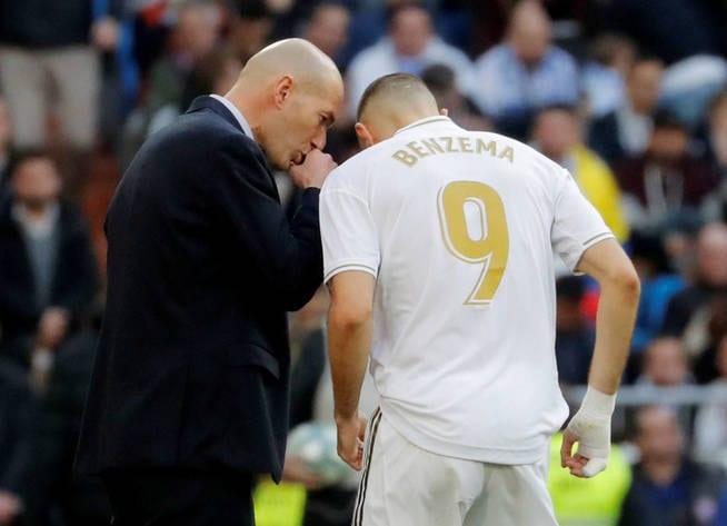 Zidane da instrucciones a Benzema.