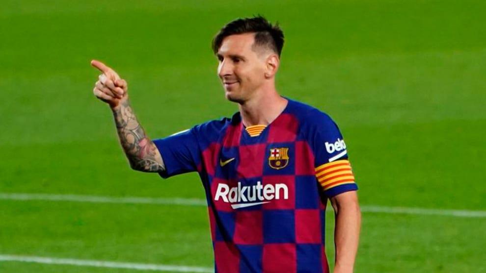 Messi señala durante un partido