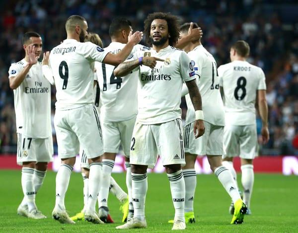 Marcelo señala el escudo.