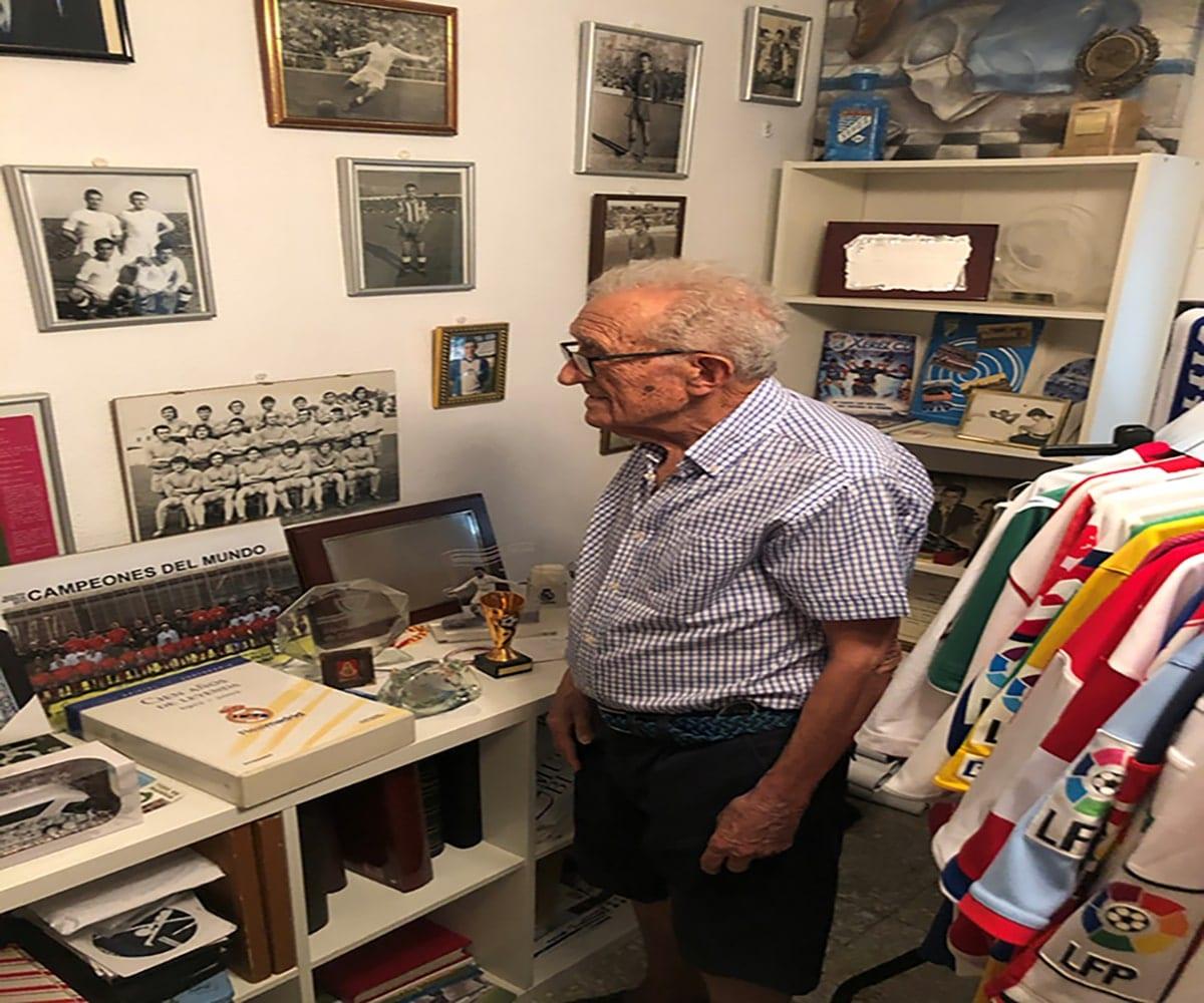 Rafael Verdú en el museo de recuerdos de su casa