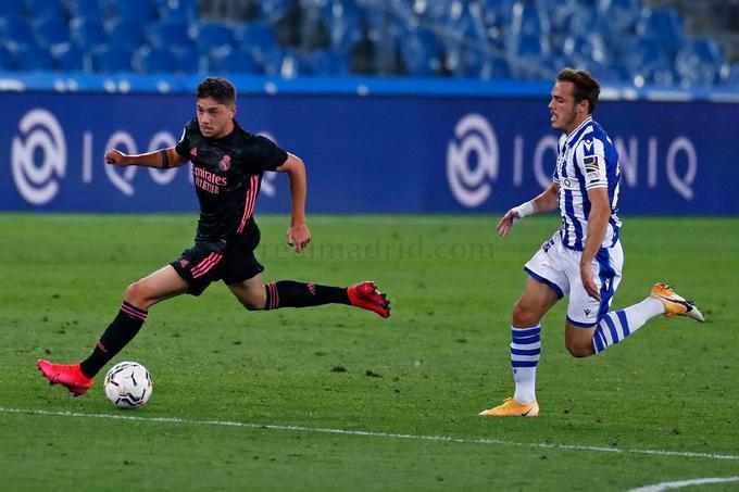 Fede Valverde conduce el balón.