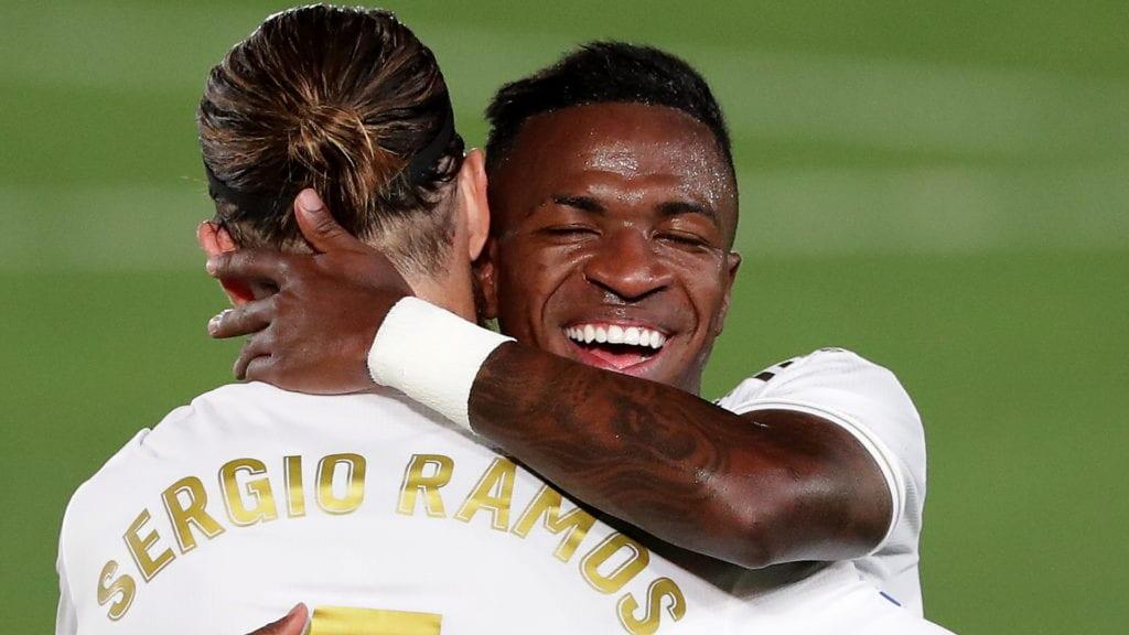 Vinícius se abraza a Ramos.