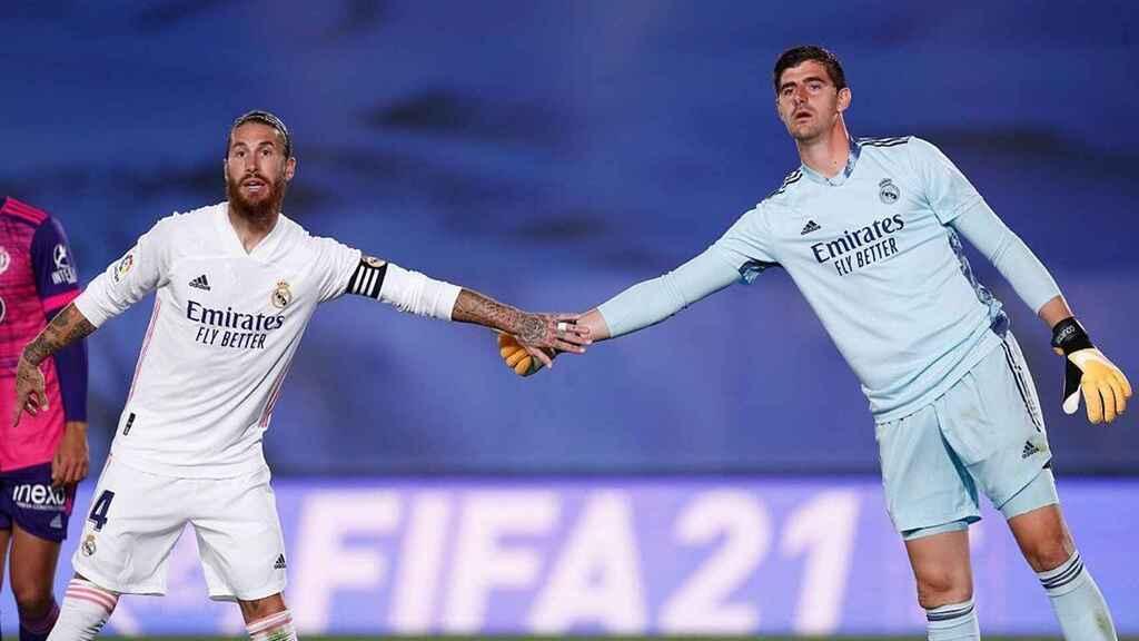 Ramos felicita a Courtois.