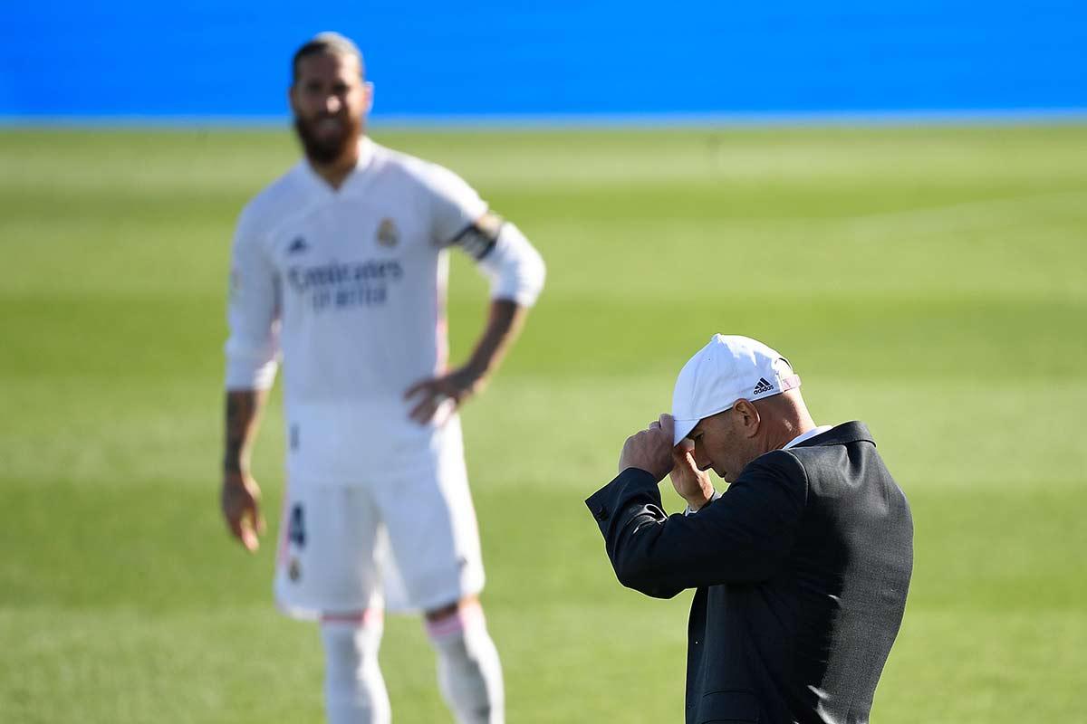 Zidane dirigiendo en la banda