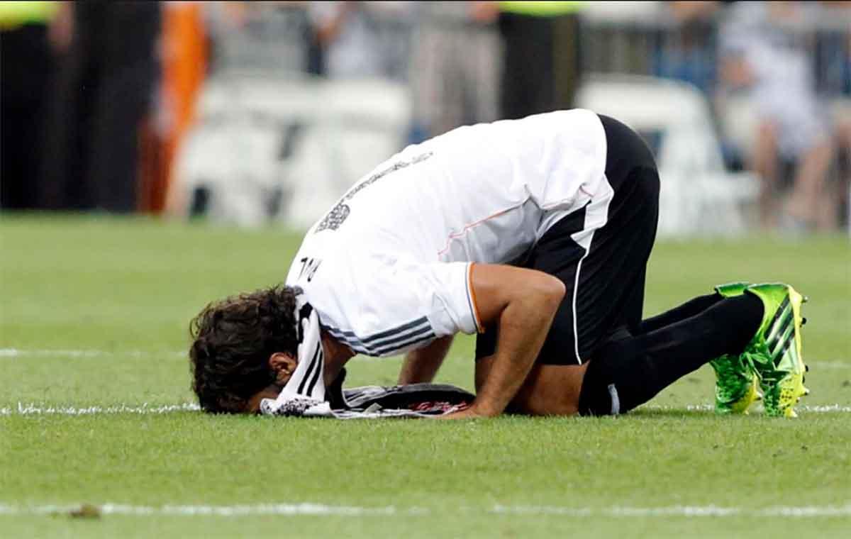 Raúl beso Bernabéu homenaje