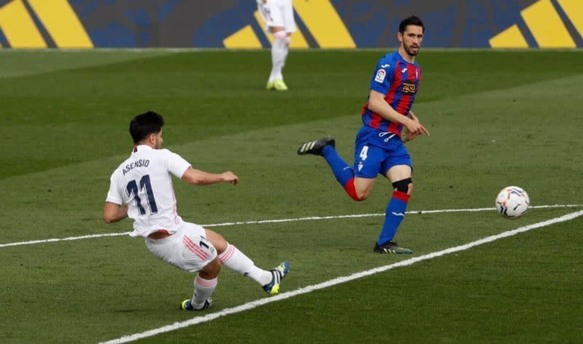 Asensio dispara frente al Eibar.