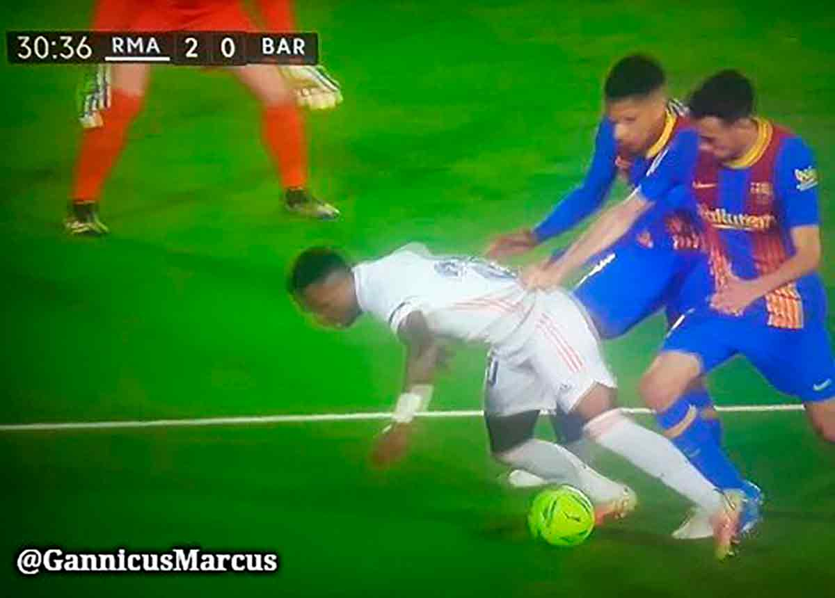 Vinícius Busquets penalti
